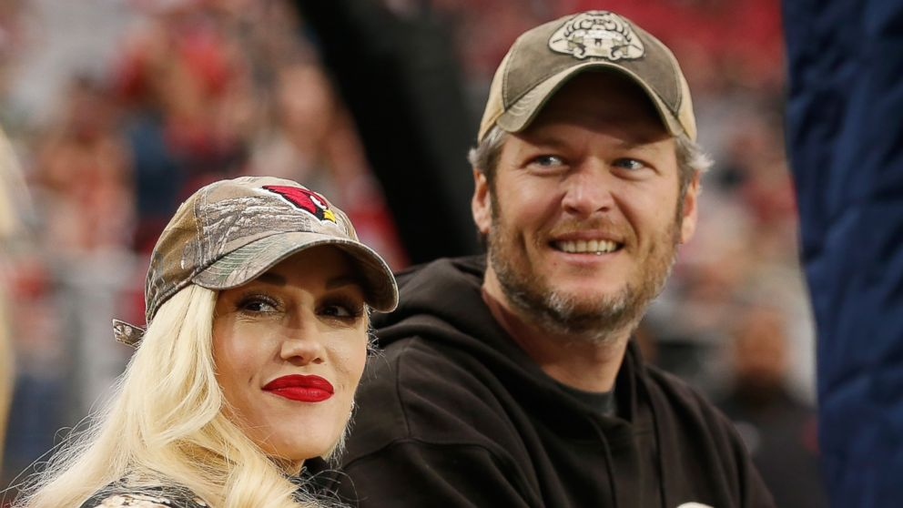 Blake Shelton and Gwen Stefani Get Cozy in a Photo Booth