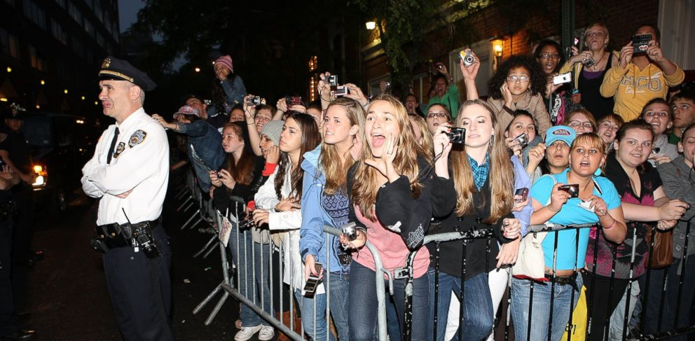 PHOTO: Fans react as musicians Nick Jonas, Joe Jonas, and Kevin Jonas of Jonas Brothers arrive at a free concert at Irving Plaza, June 11, 2009 in New York.