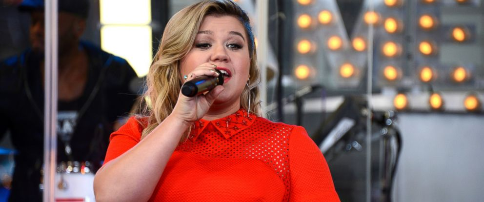 PHOTO: Kelly Clarkson performs on Good Morning America, March 3, 2015.