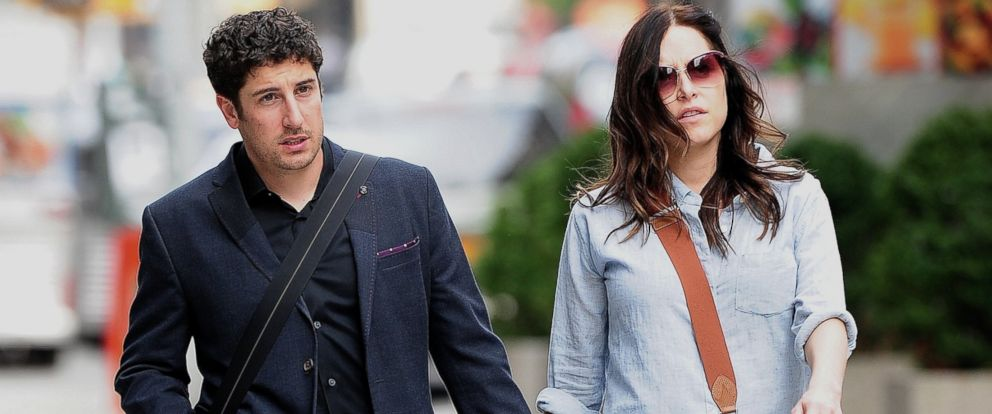 PHOTO: Jason Biggs and Jenny Mollen walk in Soho, Oct. 3, 2013 in New York.