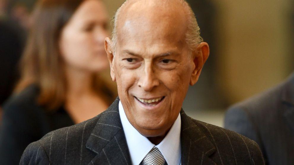 Iconic Fashion Designer Oscar De La Renta Dies At 82 Abc News