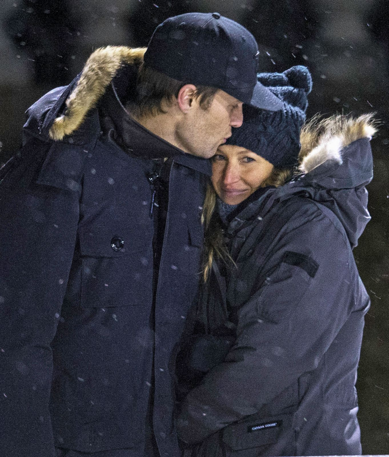 Tom Brady and Gisele Bundchen Snuggle in the Snow Picture  d26ee5cc769