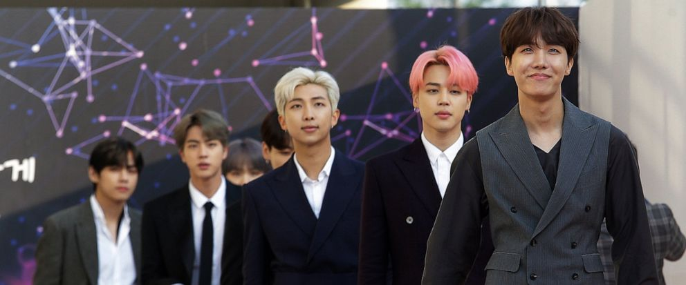 En esta foto del 24 de abril 2019, el grupo de K-pop BTS llega a la ceremonia de los premios The Fact Music en Incheon, Corea del Sur. (AP Foto/Ahn Young-joon)