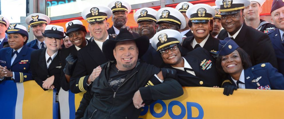"PHOTO: Garth Brooks poses for a photo with fans on the set of ""Good Morning America,"" in New York, Nov. 11, 2016."