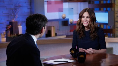 "PHOTO: Actress Julia Roberts talks to ""Good Morning America"" anchor George Stephanopoulos."