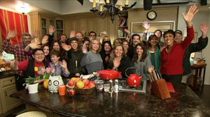 PHOTO The cast of ABCs Modern Family with Good Morning Americas Robin Roberts.