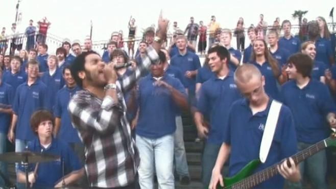 VIDEO: Lenny Kravitz delivers an impromptu performance with a Texas church choir.