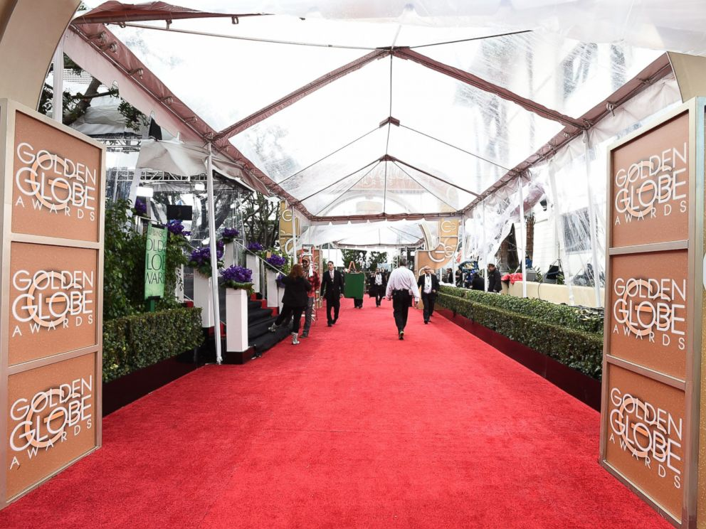 PHOTO: Workers prepare for rain at the 72nd annual Golden Globe Awards at the Beverly Hilton Hotel in Beverly Hills, Calif., Jan. 11, 2015