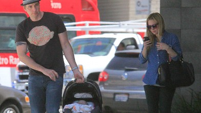 PHOTO: Kristen Bell walks with Dax Shepard and baby daughter Lincoln in Beverly Hills, May 29, 2013.