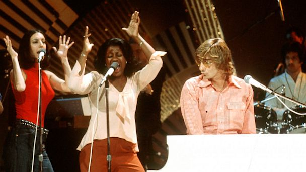 PHOTO: Barry Manilow performs onstage.