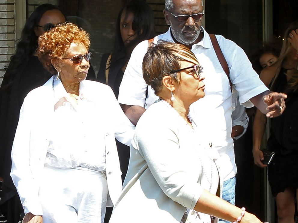 PHOTO: Cissy Houston (L) attends a funeral service for Bobbi Kristina Brown at the Whigham Funeral Home on Aug. 3, 2015 in Newark, New Jersey.