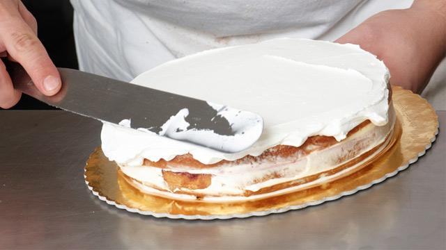 PHOTO: Decorating a cake