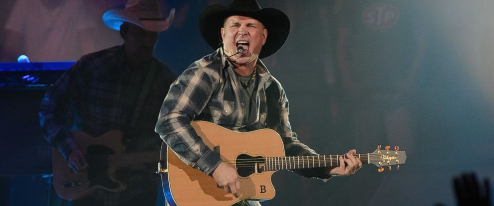 PHOTO: Garth Brooks performs on stage at Allstate Arena on Sept. 5, 2014 in Rosemont, Ill.