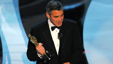 """PHOTO: George Clooney wins award for Performance by an Actor in a Supporting Role for """"Syriana""""."""