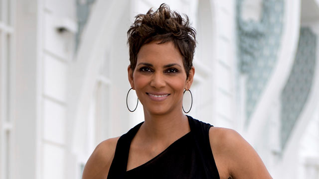 PHOTO: Actress Halle Berry poses for a photo before a press conference to present the movie The Call at Copacabana Palace, April 10, 2013, in Rio de Janeiro.