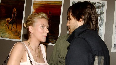 PHOTO: Scarlett Johansson and Jared Leto are seen at the Soicher-Marin Gallery in Hawthorne, Calif.