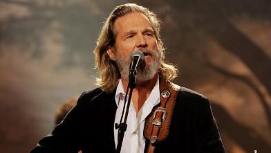 PHOTO:Jeff Bridges performs on Aug. 30, 2011 in Burbank, California.