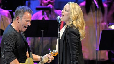 PHOTO: Bruce Springsteen and Kate Hudson perform on stage during the Almay concert at Carnegie Hall, May 13, 2010 in New York City.