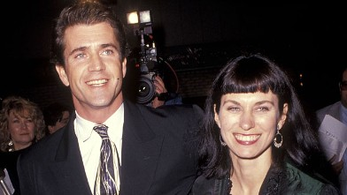 "PHOTO: Actor Mel Gibson and wife Robyn Moore attend the ""Hamlet"" Westwood Premiere, Dec. 18, 1990 at Mann Village Theatre in Westwood, California."