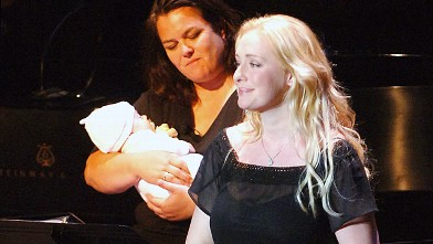 PHOTO: Singer Mindy McCready, right, performs as Rosie O'Donnell holds McCready's three-month old baby, Zander.