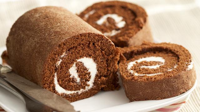 PHOTO: Paula Deen shares her recipe for pumpkin roll cake.