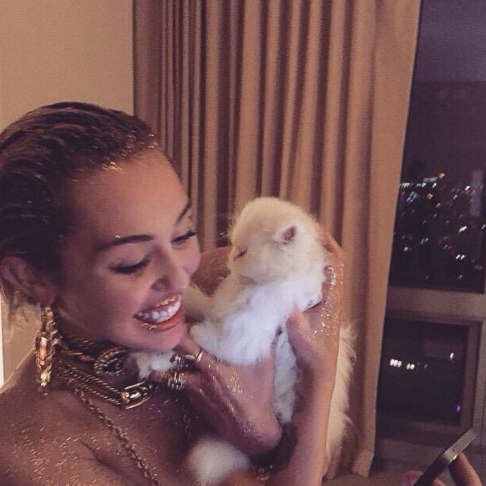 Miley Cyrus Glitters With Her Kitten