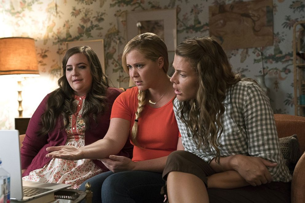 PHOTO: Aidy Bryant, Amy Schumer, and Busy Philipps in I Feel Pretty (2018).