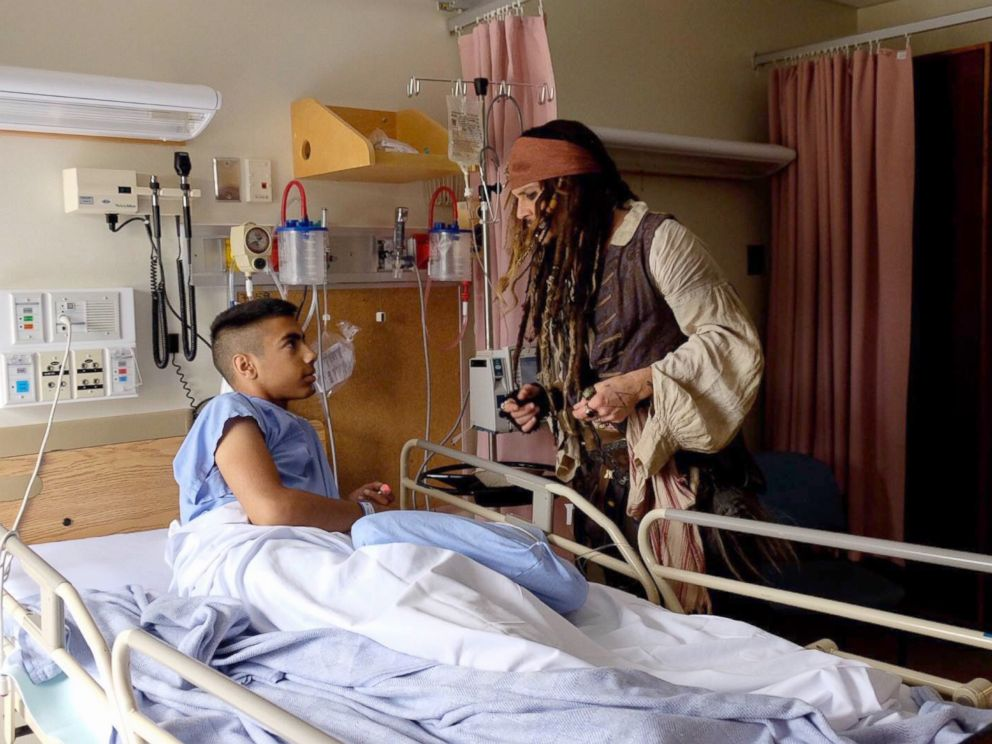 Johnny Depp Visits Childrne S Hospital Dressed As Captain