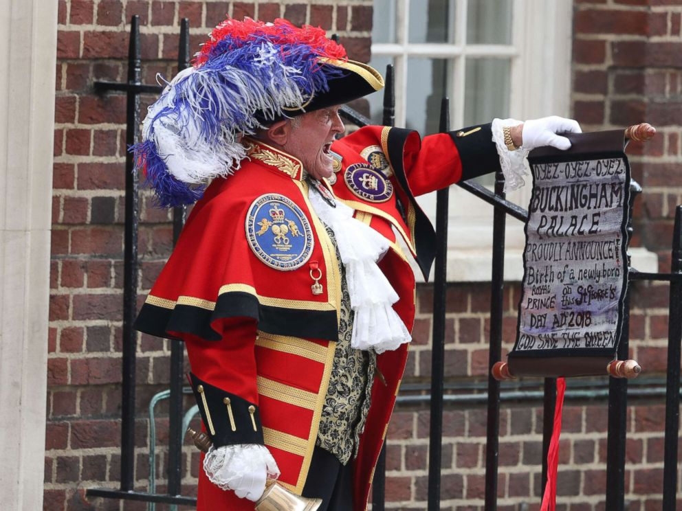 PHOTO: A man outside of the Lindo Wing at St. Marys Hospital announces the birth of Prince William and Duchess Kates third child on April 23, 2018.