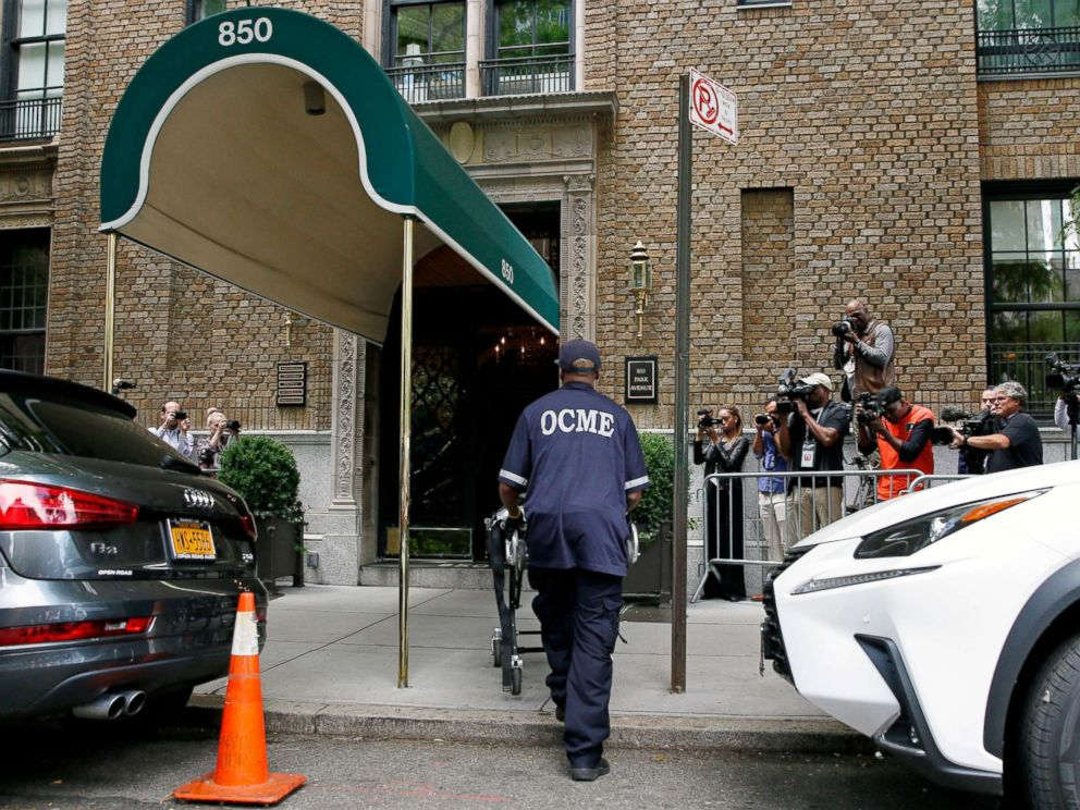 PHOTO: A medical examiner arrives at the front entrance to the Park Avenue apartment of designer Kate Spade in New York, June 5, 2018.