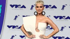 'PHOTO: Katy Perry arrives1_b@b_1the MTV Video Music Awards, In Inglewood, Calif., Aug. 27, 2017.' from the web at 'https://s.abcnews.com/images/Entertainment/katy-2-ap-er-170827_16x9t_240.jpg'