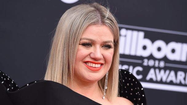 Kelly Clarkson delivers adoring speech in honor of country