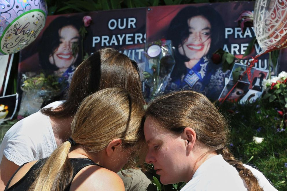 PHOTO: Fans grieve outside the rented Holmby Hills home of music legend Michael Jackson after his recent death, in Los Angeles on June 29, 2009.