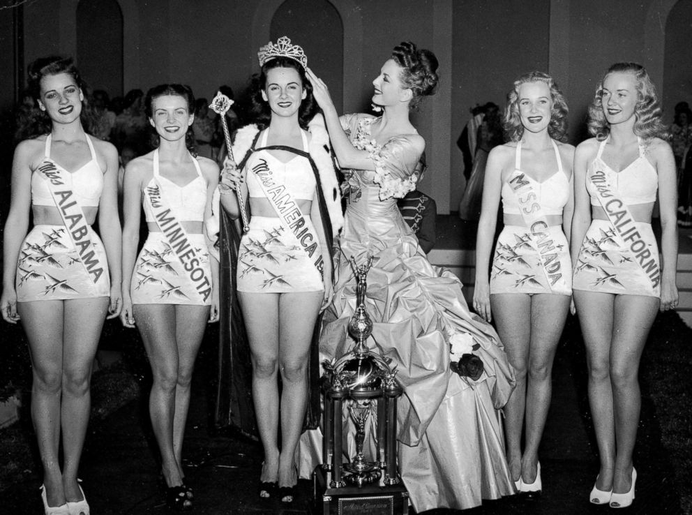 PHOTO: Miss America 1946 Marilyn Buferd crowns the new Miss America 1947, Barbara Jo Walker, of Memphis, Tennessee in Atlantic City, N.J.