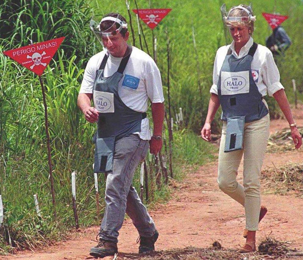 PHOTO: Britains Princess Diana during her visit to the minefields in the high plateau near Huambo.