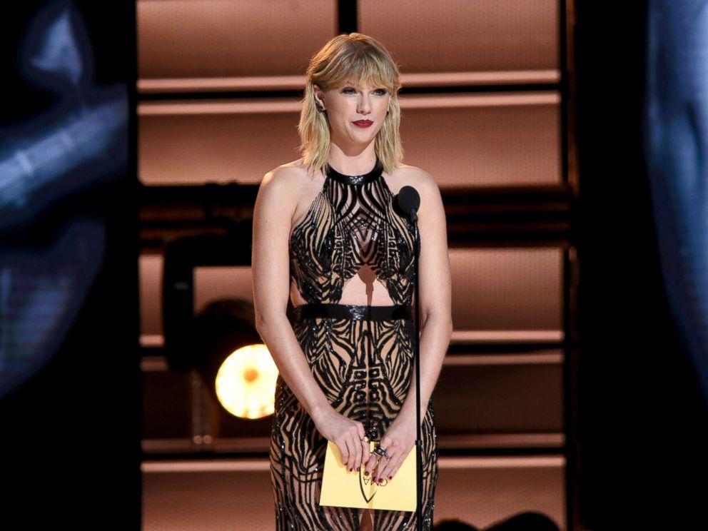 PHOTO: Taylor Swift presents an award at the annual CMA Awards on Nov. 2, 2016, in Nashville, Tenn.