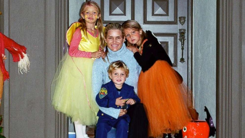 """""""Real Housewives of Beverly Hills"""" star Yolanda Hadid and her children Gigi, Bella and Anwar Hadid pose together in this family photo."""