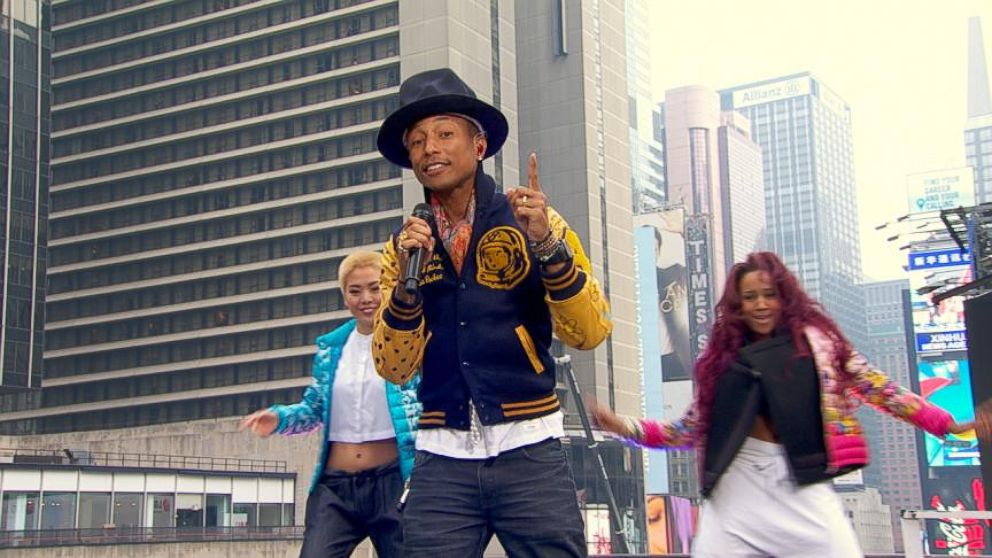f7df33c872f73 Pharrell Williams Sings  Happy  in Times Square Video - ABC News