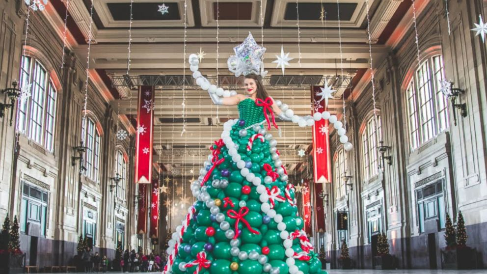 Christmas Tree Balloon.Woman Makes Christmas Tree Dress Out Of 590 Balloons Abc News