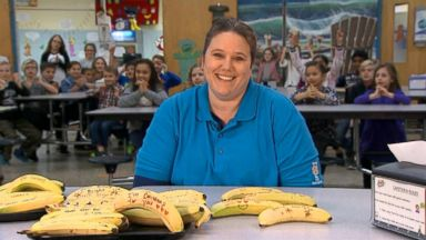 Video Cafeteria Worker Pens Inspirational Notes On Bananas For Her Students