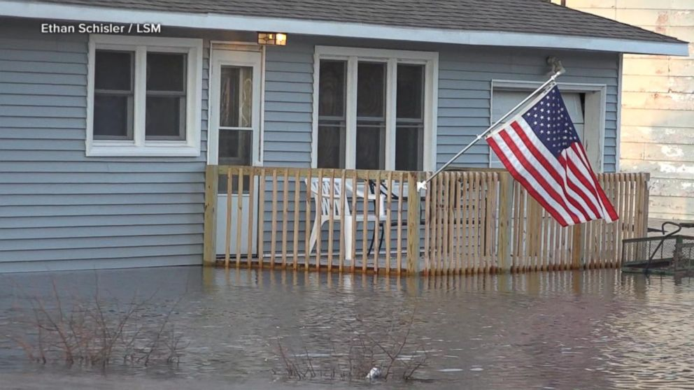 2 dead after historic floods overwhelm the Midwest