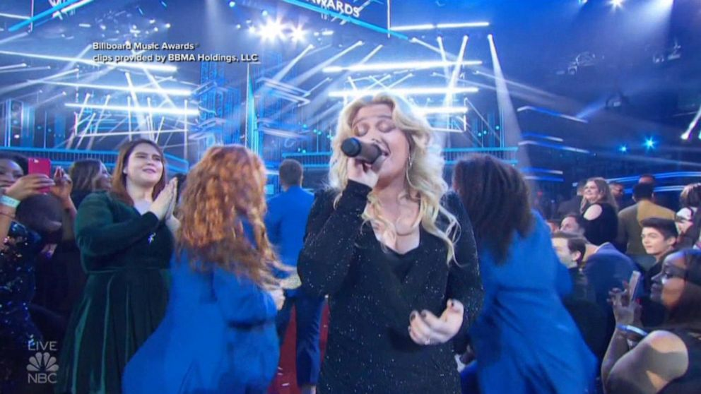 Hours after hosting Billboard Awards, Kelly Clarkson has