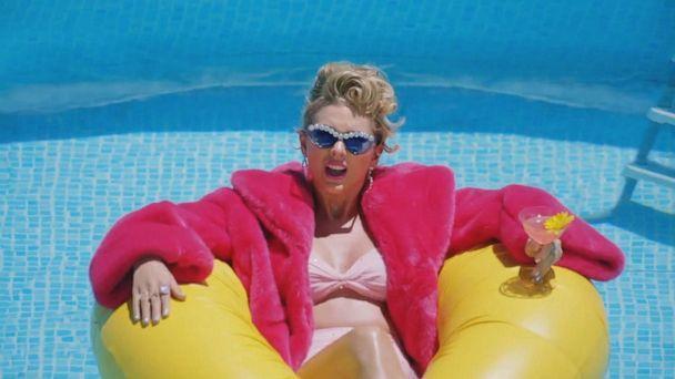 Taylor Swift pays off superfan's student loan debt
