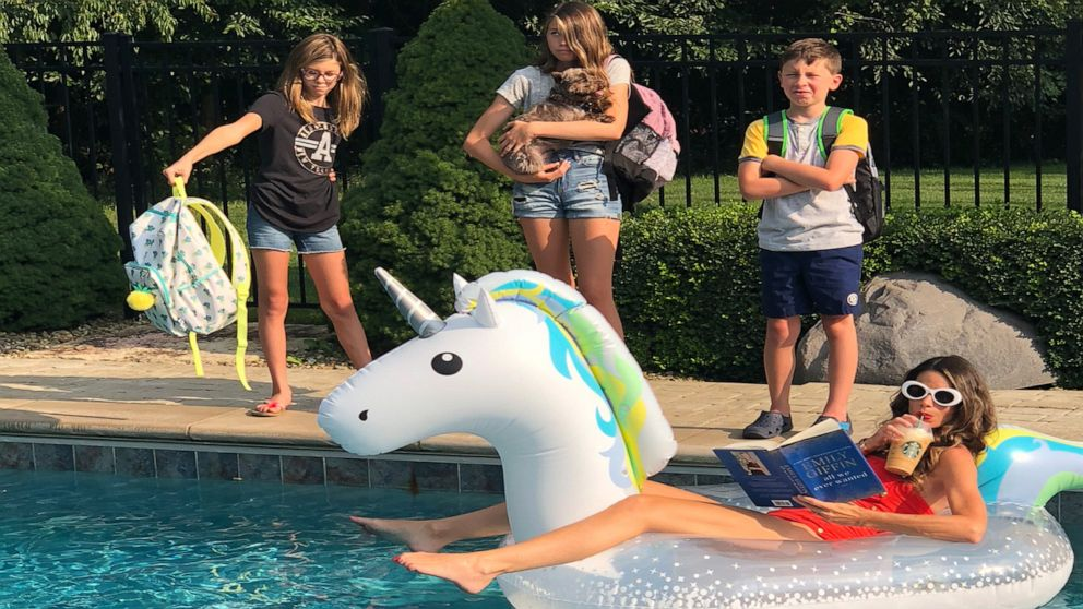 Mom takes hilarious back-to-school pictures with kids in epic annual family tradition