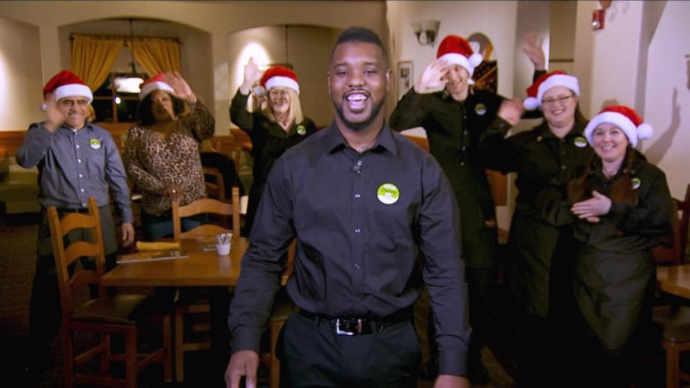 Olive Garden waiter from viral video sings a Christmas carol live on 'GMA'