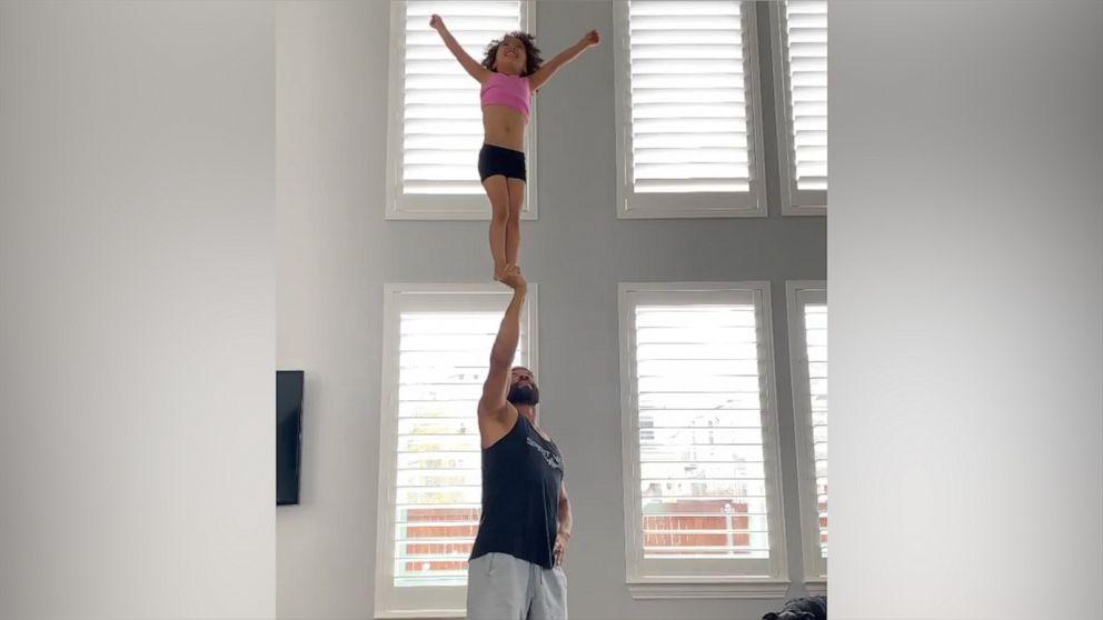 Teen Cheerleader Schritt Papa