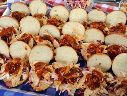 PHOTO: Rachael Ray cooks up delicious chicken sliders for Good Morning America.