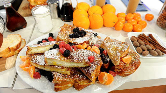 PHOTO: Chef Emeril Lagasse cooks up mascarpone and marmalade stuffed French toast.