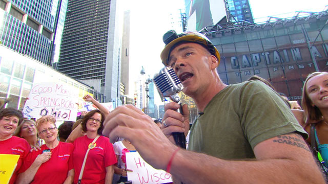 PHOTO: Construction worker Gary Russo has found a second calling, singing to crowds on his lunch break on New Yorks Upper East Side. Russo gave the crowd at Good Morning America a rousing rendition of Thats Amore!