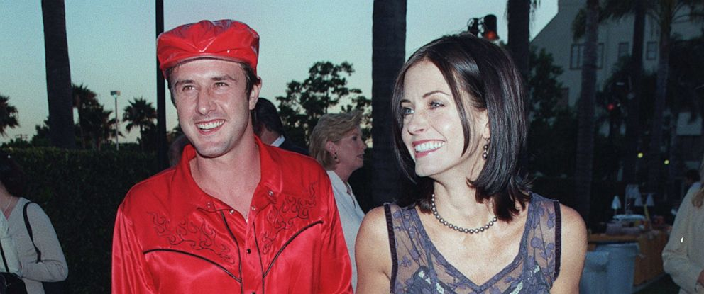 PHOTO: David Arquette and Courteney Cox arrive at the Paramount Theater, July 30, 1998, in Hollywood, Calif.